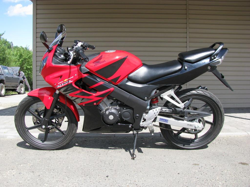 Я в этом году привозил два карбюраторных CBR150R.  Хорошие мотоциклы.